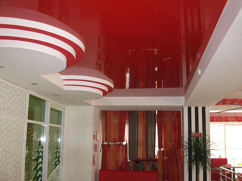 Цветной потолок в прихожей