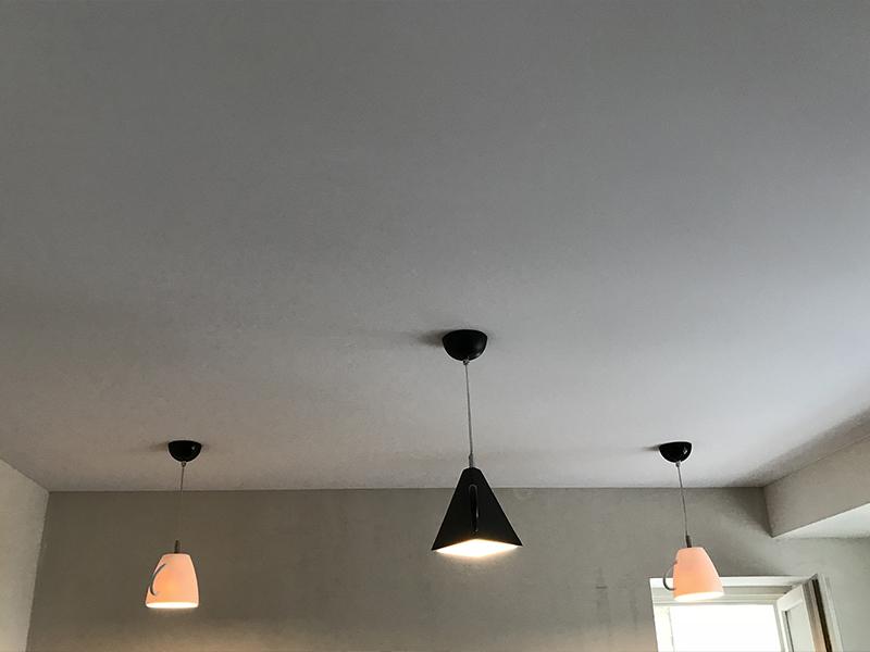 Одноуровневый натяжной потолок на кухне